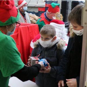 Calais: plus de 140 enfants gâtés pour le Noël des déshérités